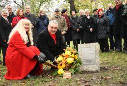 Einweihung des Grabsteins für Carl Friedrich Wilhelm Wagner mit Ursula Oehme und Thomas Krakow. Foto: Ralf Julke