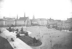 Leipzig - zur Zeit Erich Kästners. Augustusplatz mit Blick auf die Paulinerkirche. Foto: Stadtarchiv