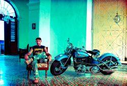 Der Mann von Welt wohnt gemeinsam mit seinen Bikes - die Harleys sind immer auch Familienmitglieder. Foto: Max Chucchi