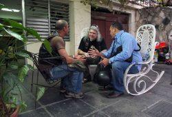Der begnadete Schrauber Luis Enrique, Autor Jens Fuge und Ernesto Guevara (v.l.) im Gespräch. Foto: privat.