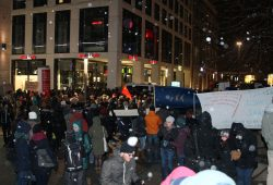 Die Grimmaische Straße ist voll mit Gegendemonstranten. Leserfoto