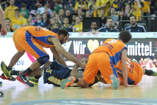 Rugby-Style: Nicht nur in luftiger Höhe, sondern auch am Boden wird heftig um den Ball gerangelt. Foto: Jan Kaefer