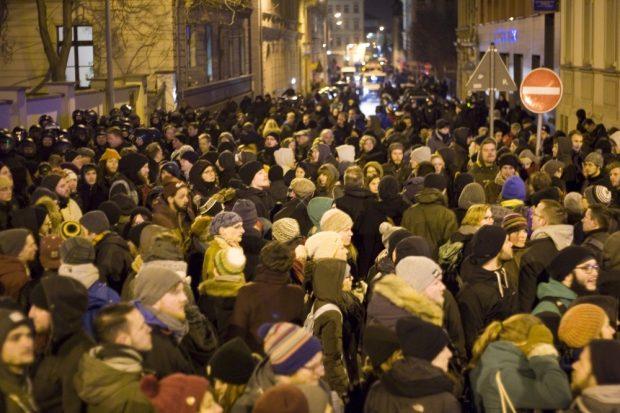400 Gegendemonstranten machten den Legida-Durchlasspunkt Querstraße/ Dörrienstraße dicht. Foto: L-IZ.de
