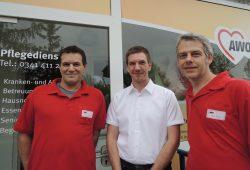 Das Team der Jupiterstraße 2: Die AWO-Mitarbeiter Jens Wohlleben (l.) und Jens Janko (r.) sowie Einrichtungsleiter Micheal Rast (m.). Foto: AWO Leipzig-Stadt