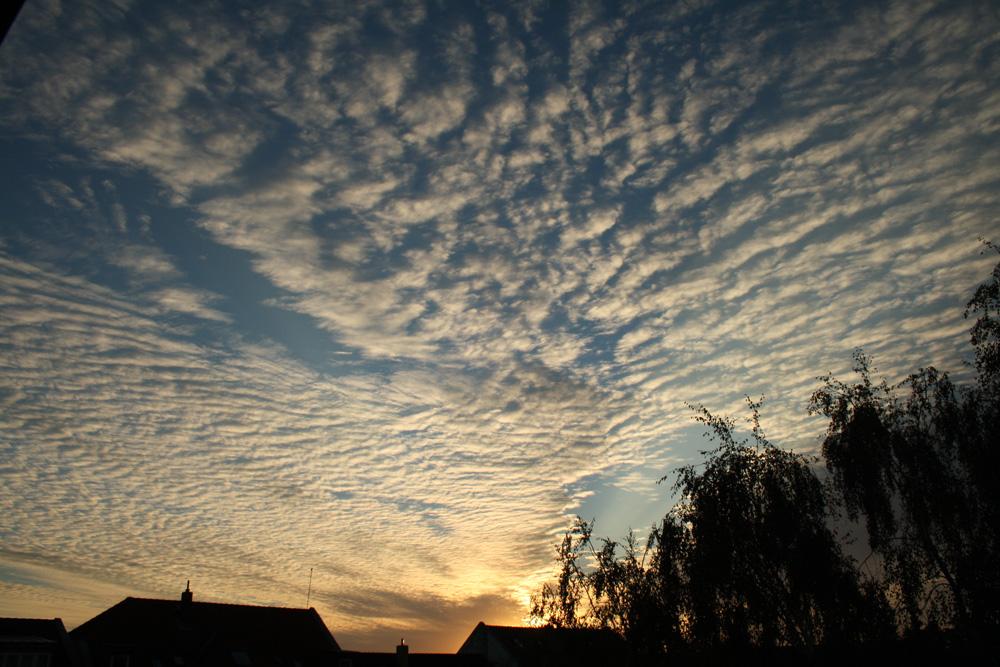 Grandioser Trost manchmal nach einer harten Arbeitswoche: ein theatralischer Abendhimmel. Foto: Ralf Julke