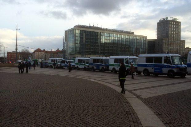 Alles dicht in Richtung Leipziger Ring. Der Polizeikorso ist jedoch deutlich enger gezogen als noch am 21. Januar. Offenbar werden weniger Legidas erwartet. Foto: L-IZ.de