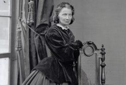 Bertha Wehnert-Beckmann in ihrem Atelier mit Hund Pluto, Glasnegativ, um 1870. Foto: Stadtgeschichtliches Museum Leipzig