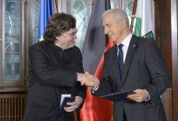 Ministerpräsident Stanislaw Tillich überreicht Georg Christoph Biller das Bundesverdienstkreuz. Foto: Thomanerchor, M. Rietschel