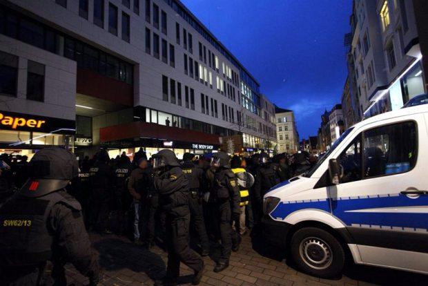 Die Blockierer stehen und versuchen den ZUgang zum Augustusplatz zu versperren. Foto: L-IZ.de