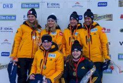Siegerehrung für die besten deutschen Bob-Juniorinnen: Anne Lobenstein (dunkle Jacke) und Mariama Jamanka (oben rechts) wurden Dritte. Foto: privat