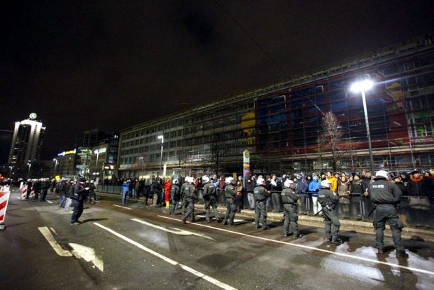Friedliche Gegendemonstrationen am Georgiring in Leipzig am 30. Januar 2015. Auf der gegenüberliegenden Seite in der Goethestraße kam es zu mehreren Zwischenfällen zwischen gegendemonstranten, Legida-Anhängern und der Polizei. Foto: Marcus Fischer