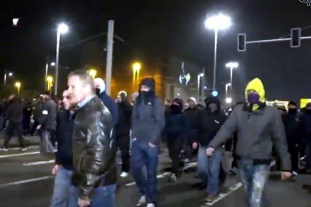Januar 2015 in Leipzig. Vermummt, gewaltbereit und am Ende in einer Attacke auf Journalisten ohne polizeiliches Eingreifen verwickelt. LEGIDA-Demonstranten in Leipzig. Bildquelle: Screenshot Video QfR TV Youtube