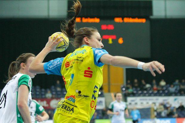 Zopf und Daumen hoch! Alexandra Mazzucco und ihr HCL ließen sich vom VfL Oldenburg kein zweites Mal überlisten. Foto: Jan Kaefer