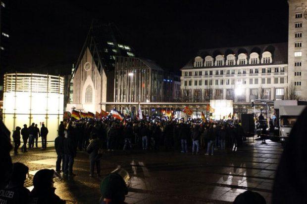 """Die festen Grüppchen (hier noch auf dem Augustusplatz) von eher jungen, """"sportiven"""" Männern bei Legida. Foto: L-IZ.de"""