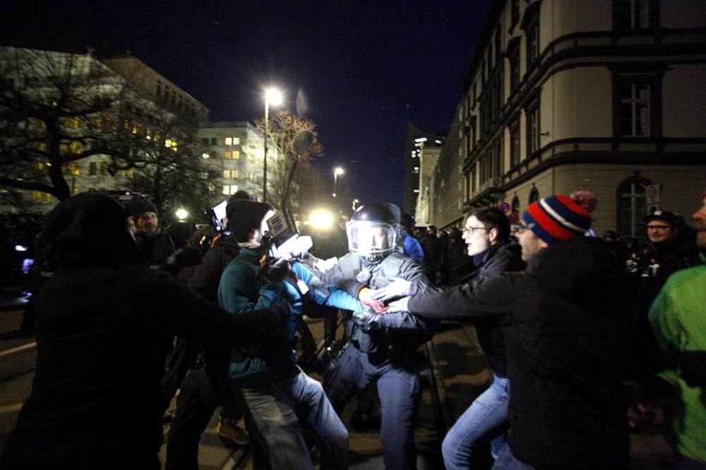 Während der Rangeleien bei der Blockaderäumung soll ein Fotojournalist einem Beamten auf den Helm geschlagen haben. Daraufhin wird er derzeit festgehalten und seine Personalien aufgenommen. Foto: L-IZ.de