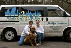 Katja (li) und Esther, tummeln sich auf dem Parkett der alternativen Tiermedizin. Foto: Volly Tanner