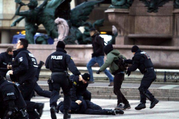 Am Mendebrunnen war für einige Gegendemonstranten Schluss mit dem Versuch auf den Augustusplatz zu kommen. Foto: L-IZ.de