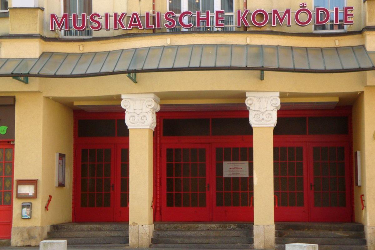Eingang zur Musikalischen Komödie. Foto: Gernot Borriss