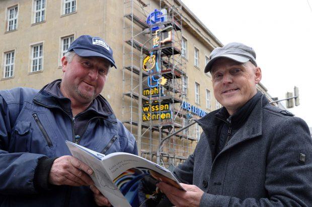 Bauleiter Timo Wernicke (l.) und NEL-Geschäftsführer Dr. Uwe Teichert vor der restaurierten Anlage. Foto: Norman Rembarz/Westend-PR