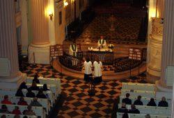 Katholische Gläubige am 30. Januar 2015 im gemeinsamen Gebet in der Nikolaikirche. Foto: Ernst-Ulrich Kneitschel