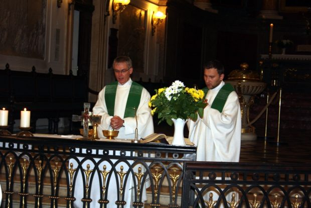 Pfarradministrator Gregror Giele (links) gemeinsam mit Kaplan Przemyslaw Kostorz am Altar der Nikolaikirche. Foto: Ernst-Ulrich Kneitschel