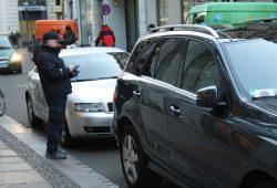 Bei einer Fahrzeugkontrolle am Neumarkt. Foto: Ralf Julke