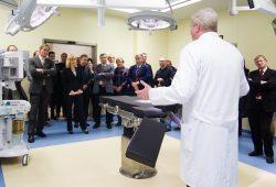Sankt Georg: Dr. med. Christian Geyer, Leiter der Kinderchirurgie im Klinikum St. Georg, stellt den neuen kinderchirurgischen OP-Saal vor. Foto: Klinikum St. Georg gGmbH