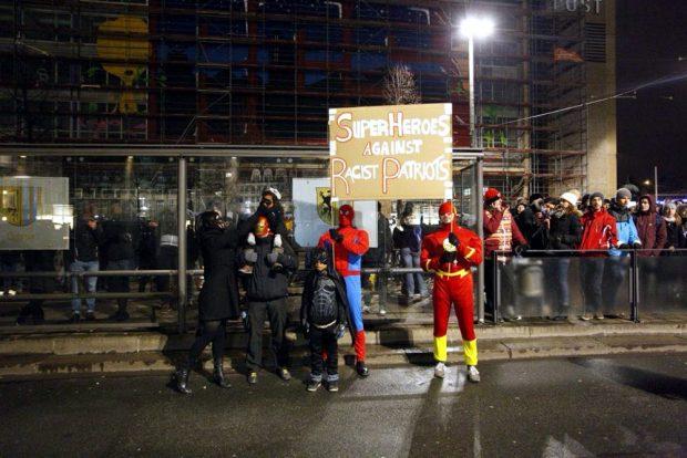 Spiderman ist da. Und hat seine Kollegen mitgebracht. Der Leipziger Protest gegen Legida ist bunt, laut und friedlich. Und gut beschützt ;-). Foto: L-IZ.de