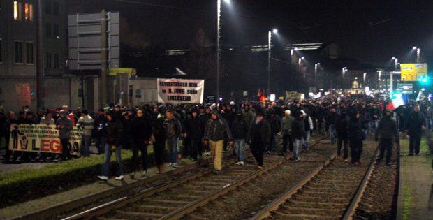 Der Demonstrationszug verbreiterte sich auf der Höhe der Oper auf den gesamten Ring. Die Demonstranten konnten ungehindert über das Gleisbett laufen. Foto: L-IZ.de