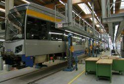 Eine Straßenbahn der LVB bei der Wartung.
