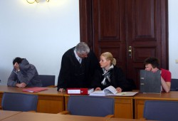 Anklagebank vlnr. Angeklagter David E., Rechtsanwalt Bonell, Rechtsanwältin Riember, Angeklagter Chris P. Foto: Alexander Böhm