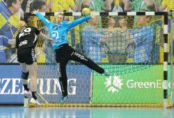 """Mit Paraden wie dieser überzeugte Katja Schülke die Leser der Fachzeitschrift """"Handballwoche"""". Foto: Jan Kaefer"""