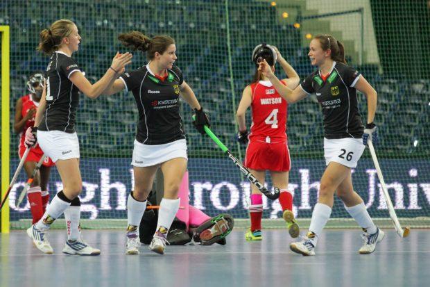 Torjubel nach dem 4:0 durch Luisa Steindor (#6, D, mitte). Franzisca Hauke (#21, D) und Celine Wilde (#26, D) freuen sich mit. Foto: Jan Kaefer