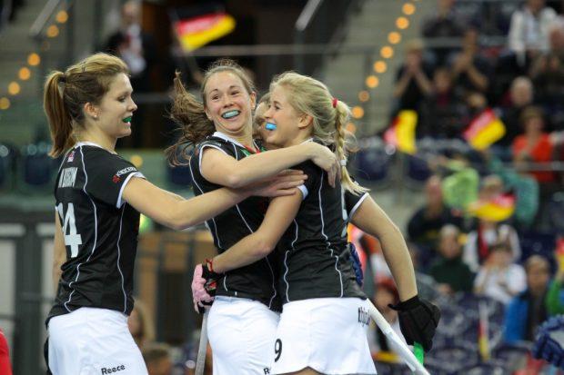 Charlotte van Bodegom (#24, D) und Celine Wilde (#26, D, mitte) gratulieren Torschützing Kristina Hillmann (#9, D), die gerade das 3:0 erzielt hat. Foto: Jan Kaefer