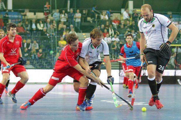 Alession Ress (#7, D) und Thilo Stralkowski (#26, D) holen mit vereinten Kräften den Ball zurück. Foto: Jan Kaefer
