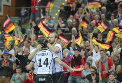 Thilo Stralkowski (#26, D) gratuliert Timm Herzbruch (#14, D) zu seinem Treffer zum 9:2. Foto: Jan Kaefer