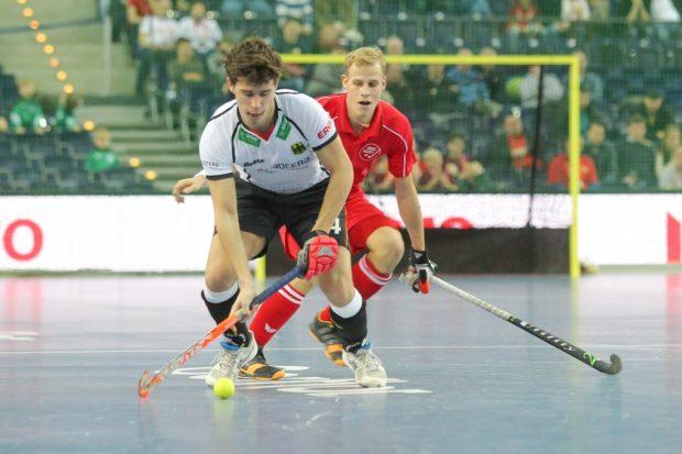 Timm Herzbruch (#14, D) schirmt den Ball ab. Foto: Jan Kaefer