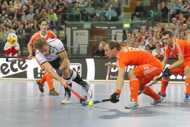 Alexander Otte (#9, D) war zweimal für Deutschland erfolgreich. Hier kann er von Teun Rohof (#12, NED) nicht am Schuss gehindert werden. Foto: Jan Kaefer