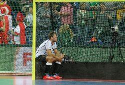 Moritz Fürste (#21, D) kann die Niederlage nicht fassen und sitzt nach Spielende einsam und niedergeschlagen im Tor. Foto: Jan Kaefer