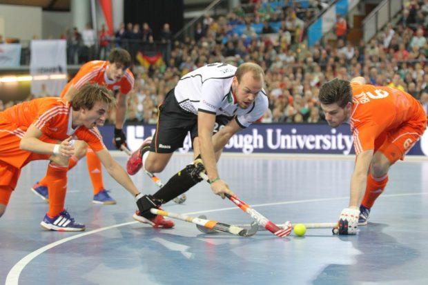 Thilo Stralkowksi (#26, D) findet die Lücke zwischen zwei Niederländern. Foto: Jan Kaefer