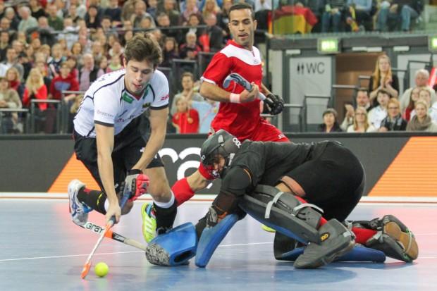 Der zum besten WM-Nachwuchsspieler gekürte 17-jährige Timm Herzbruch (#14, D) umkurvt Irans Schlussmann. Foto: Jan Kaefer