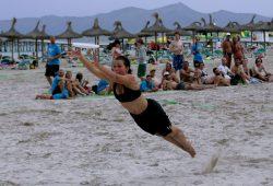 Im feinen Sand sorgen Hechtsprünge für gute Laune. Foto: Sebastian Beyer