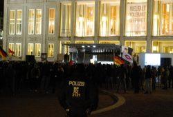 """Auf dem Platz mit Legida. Irgendwie ist der Schwung raus. Bei endlosen Ansprachen von Fröbel und Co. kalte Füße und ab und zu die """"Lügenpresse"""". Foto: L-IZ.de"""