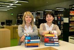 Hier werden Bücher zur gemeinsamen Sache: Anfang März wechseln die HfTL-Medienbestände aus den Händen von Janine Jendrizek (links) in den neuen Ausleihort, die Hochschulbibliothek der HTWK Leipzig. Dort erwartet Leiterin Astrid Schiemichen (rechts) einen Bestandszuwachs im fünfstelligen Bereich – und 1.000 neue Nutzer. Quelle: Torsten Büttner/HfTL