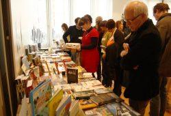 Gucken, was die anderen machen: Büchertisch der mitteldeutschen Verleger am 24. Februar im Haus des Buches. Foto: Ralf Julke