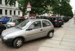 2012 in der Brockhausstraße in Schleußig: Das Gehwegparken sorgt für Diskussionen in Südwest. Foto: Ralf Julke