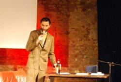 Ein komplett betrunkener Moderator war versprochen. Uwe Brückner ist bereit zu liefern. Foto: L-IZ.de
