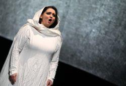 Leonora (Romelia Lichtenstein) wird in Verdis Oper zur tragischen Figur. Foto: Theater, Oper und Orchester GmbH Halle, Copyright by Uwe Köhn