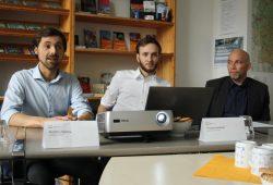 Matthias Mattiza und Thomas Haubner stellen die Energiegenossenschaft Leipzig vor, Dr. Enrico Hochmuth wirbt für die Genossenschaftsidee (v.l.n.r.). Foto: Ralf Julke