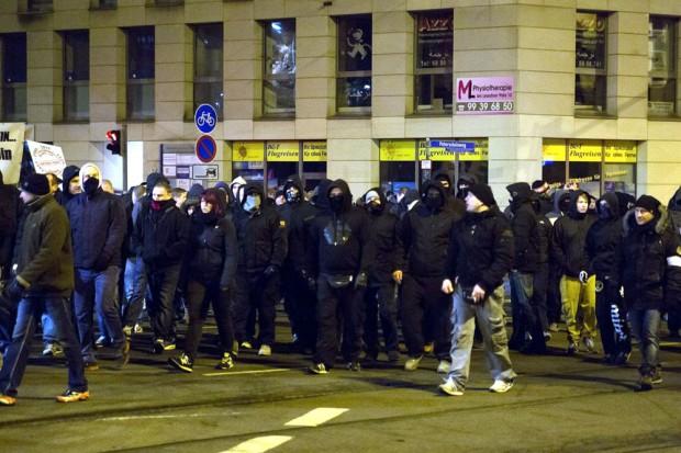 Gewaltbereite Legida-Teilnehmer am 21. Januar mit Vermummungen. Foto: L-IZ